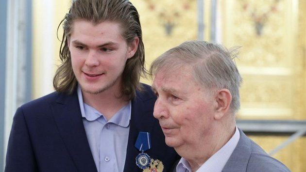 Čerstvý mistr světa Viktor Tichonov se svým slavným dědečkem.