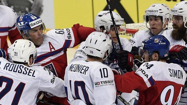 Čeští hokejisté Jaromír Jágr (68) a Dominik Simon (94) v potyčce s Francouzi.