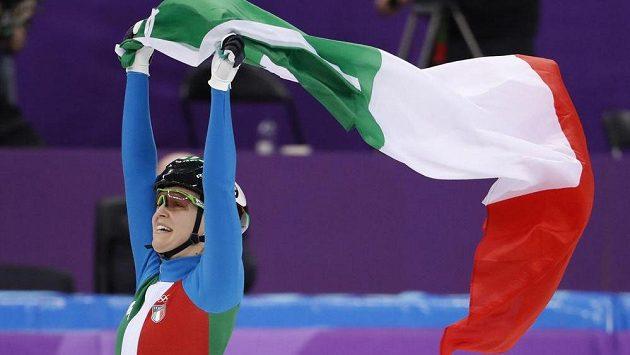 Arianna Fontanaová slavila zisk zlaté olympijské medaile s italskou vlajkou.