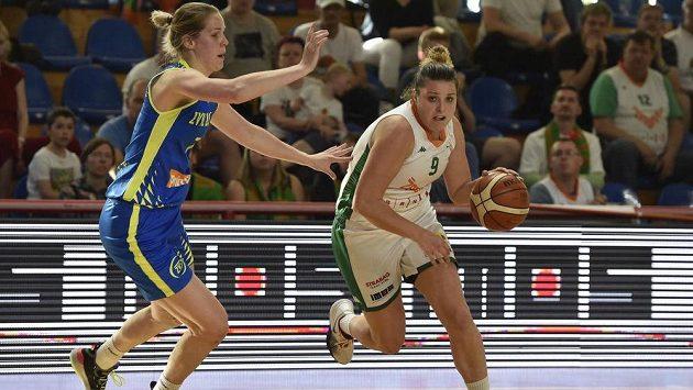 Basketbalistky USK Praha ve druhém finále vyhrály na palubovce Žabin Brno. Zleva Alena Hanušová z USK Praha a Michaela Vacková z BK Žabiny Brno.