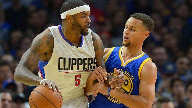 Rozehrávač Golden State Stephen Curry (vpravo) v souboji Joshem Smithem z Los Angeles Clippers.