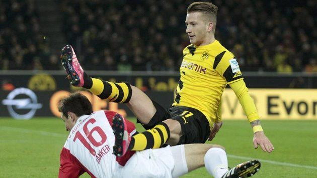 Marco Reus v neobvyklé pozici v souboji s Christophem Jankerem z Augsburgu.