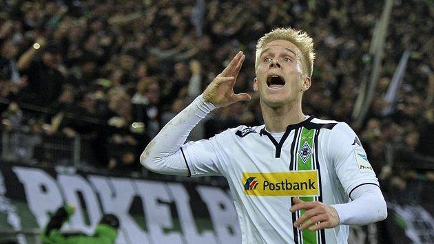 Oscar Wendt z Mönchengladbachu jásá poté, co skóroval v utkání s Darmstadtem, při němž došlo k těžkému zranění jednoho z fanoušků.