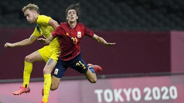 Zleva Nathaniel Atkinson z Austrálie v souboji s novou posilou Tottenhamu Španělem Bryanem Gilem během olympijského utkání.