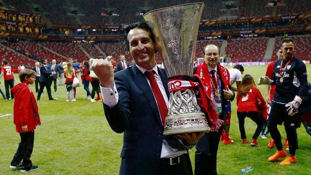 Trenér Sevilly Unai Emery s trofejí pro vítěze Evropské ligy.