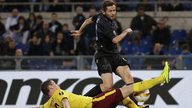 Sparťan Ondřej Zahustel (dole) se snaží obrat o míč Senada Luliče z Lazia.
