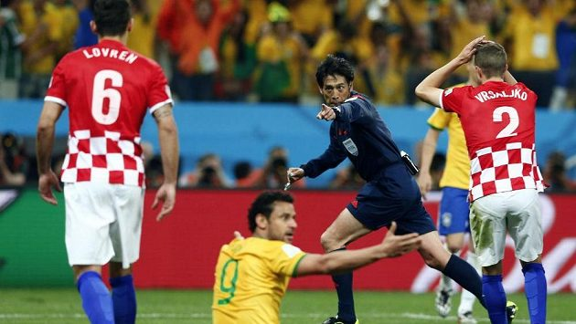 Penalta! Rozhodčí Nišimura nařizuje sporný pokutový kop po kontaktu chorvatského beka Lovrena s útočníkem Brazílie Fredem.
