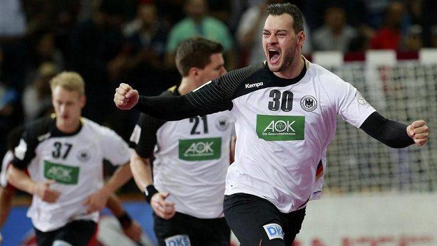 Německý házenkář Jens Schöngarth slaví gól proti Egyptu v osmifinále mistrovství světa v Kataru.