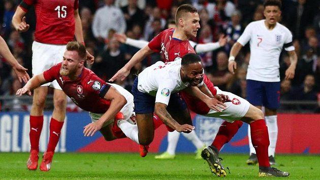 Angličan Raheem Sterling v tomto případě českou obranou neprošel, ale pískala se penalta.