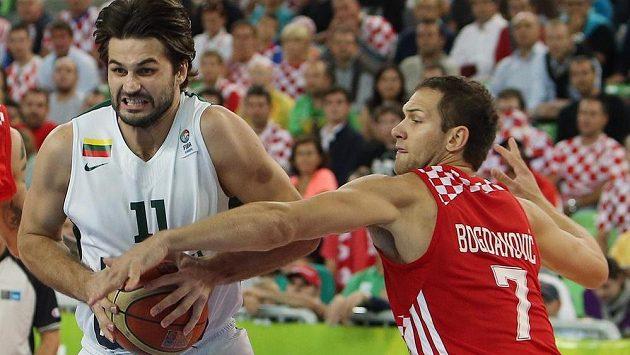 Litevec Linas Kleiza (vlevo) se snaží udržet míč před dotírajícím Bojanem Bogdanovič z Chorvatska.
