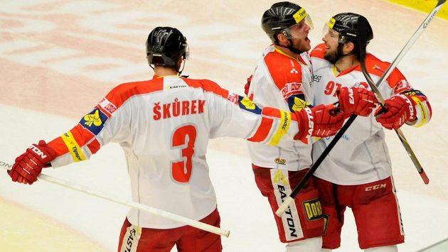 Hráči Olomouce se radují z gólu.