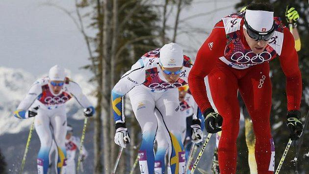 Švýcar Dario Cologna (vpravo) na trati olympijského skiatlonu.