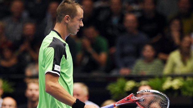Zklamaný Lukáš Rosol zničil v závěru semifinále turnaje ve Vídni raketu.