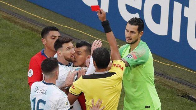 Nevěřícný pohled Argentince Lionela Messiho (urpostřed), když rozhodčí Mario Diaz vytahuje červenou kartu v zápase o třetí místo na turnaji Copa América.