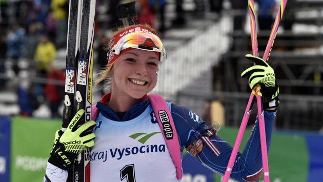 Markéta Davidová udržela vedoucí postavení po sprintu a má druhou zlatou medaili.