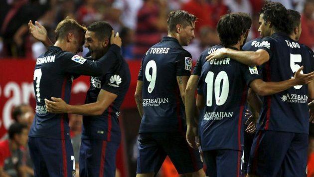 Záložník Atlétika Madrid Koke (druhý zleva) slaví se spoluhráči gól na hřišti Sevilly.