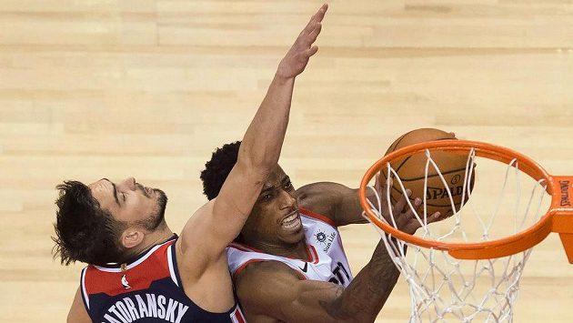 Český basketbalista Tomáš Satoranský (31) z Washingtonu se pokouší zblokovat jednu z hvězd Toronta DeMara DeRozana (10).