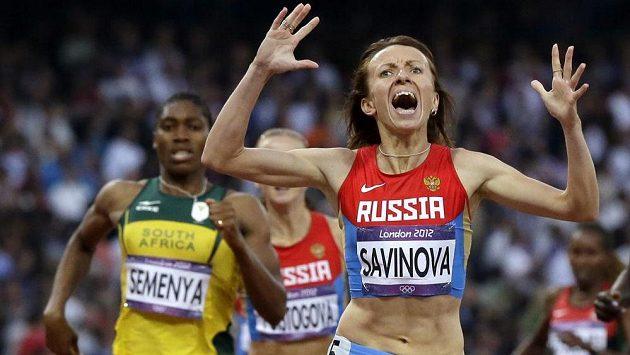 Zlatá půlkařka z OH v Londýně Maria Savinovová z Ruska. Za ní dobíhá do cíle druhá Caster Semenyaová.