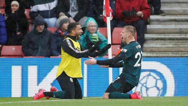 Český útočník Matěj Vydra (vpravo) se raduje z gólu. On rozhodl premiérovou brankou v této sezoně anglické ligy o vítězství fotbalistů Burnley 2:1 na hřišti Southamptonu.