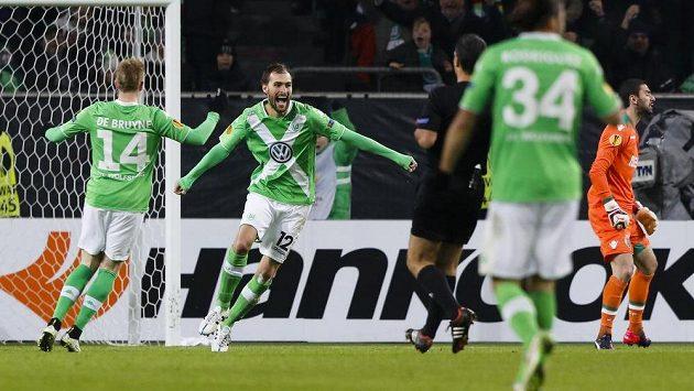 Bas Dost z Wolfsburgu (uprostřed) se raduje z gólu.