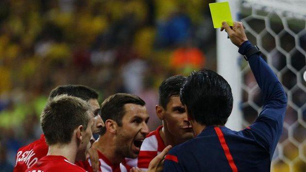 Japonský rozhodčí Juiči Nišimura uděluje žlutou kartu chorvatskému obránci Dejanu Lovrenovi (čtvrtý zleva).