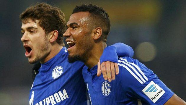 Útočník Schalke Eric Maxim Choupo-Moting (vpravo) slaví se spoluhráčem Romanem Neustädterem gól na hřišti Stuttgartu.