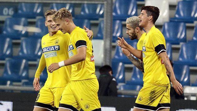 Antonín Barák (druhý zleva) se raduje se spoluhráči z Udine z gólu.