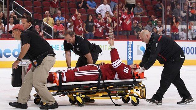 Obránce Phoenixu Rostislav Klesla opouštěl led na nosítkách.
