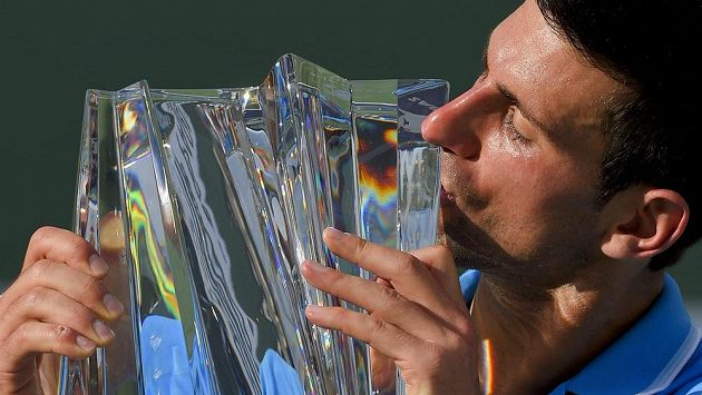 Novak Djokovič s trofejí pro vítěze v Indian Wells.