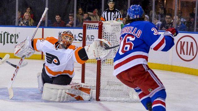 Michal Neuvirth zasahuje v bráně Flyers.