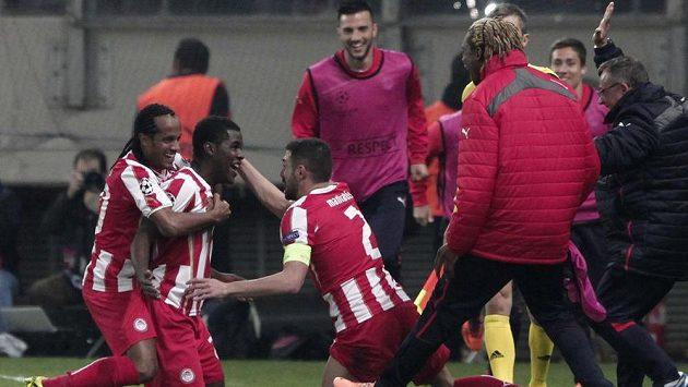 Záložník Olympiakosu Pireus Joel Campbell (druhý zleva) slaví se spoluhráči gól v síti Manchesteru United.