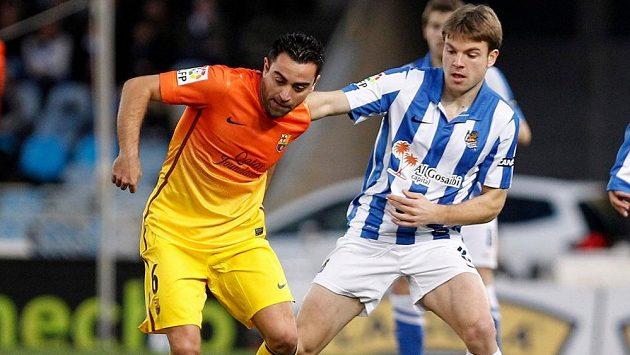 Asier Illarramendi (vpravo) brání barcelonského záložníka Xaviho.