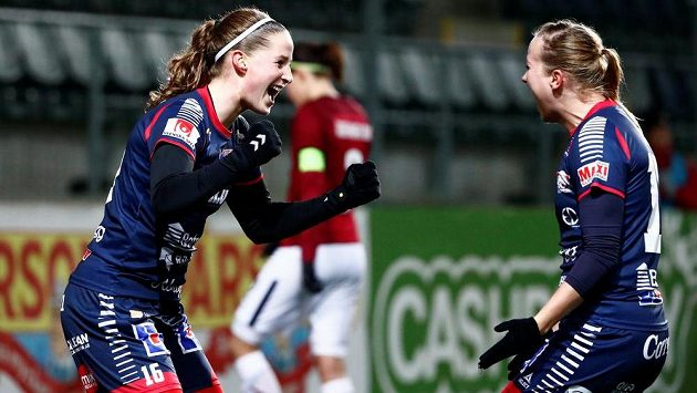 Radost fotbalistek Linköpingu z gólu v odvetném zápase Ligy mistryň proti Spartě.