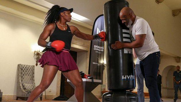 Tenisová hvězda Serena Williamsová na boxerském tréninku s legendárním Mikem Tysonem.