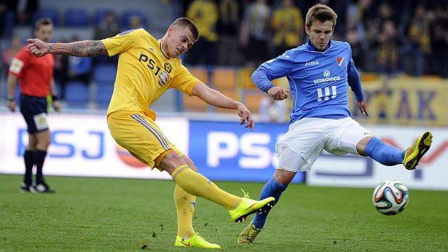 Jihlavský záložník Jan Kliment (vlevo) střílí gól. Vpravo záložník Baníku Milan Jirásek.