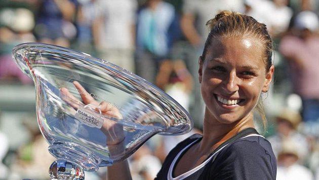 Slovenka Dominika Cibulková s trofejí pro vítězku turnaje ve Stanfordu.