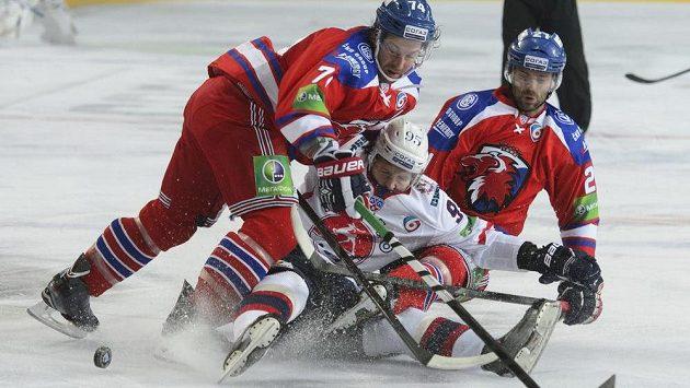 V utkání Kontinentální hokejové ligy v souboji (zleva) Nathan Oystrick z HC Lev Praha, Vjačeslav Kuljomin z Nižného Novgorodu a Jakub Klepiš z HC Lev Praha.