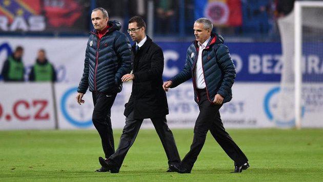 Zástupci Sparty Praha (zleva): Tomáš Stránský, Ondřej Kasík a Vítězslav Lavička během přerušení utkání v Teplicích.