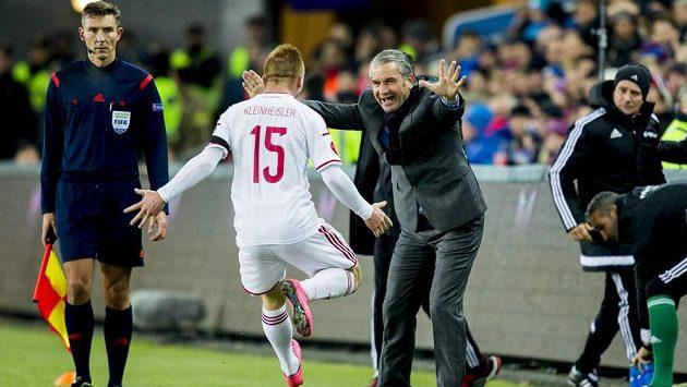 Maďarský záložník Laszlo Kleinheisler se raduje s trenérem Berndem Storckem z gólu na hřišti Norska v úvodním utkání baráže o postup na ME.