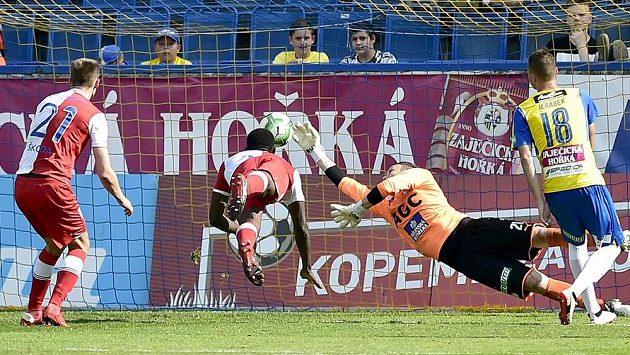 Michael Ngadeu-Ngadjui ze Slavie střílí první gól v utkání s Teplicemi.