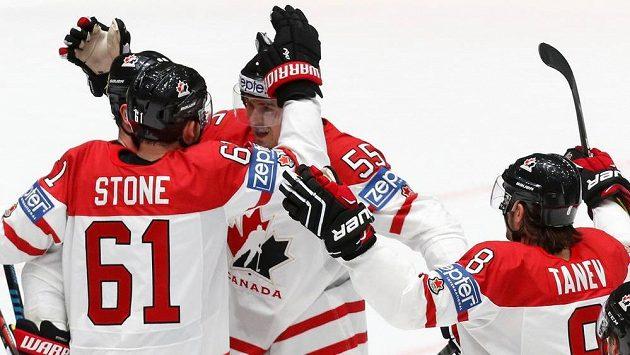 Hokejisté Kanady se radují z branky proti Švédsku.