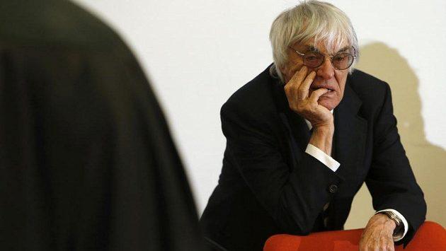 Bernie Ecclestone u mnichovského soudu, kde se brání obvinění z korupce při prodeji podílu práv na formuli 1.