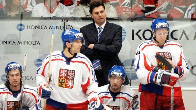 Trenér Vladimír Růžička a před ním (zleva) Radek Dvořák, Martin Ručinský, Jan Hlaváč a Jiří Fischer na MS v roce 2005 ve Vídni.