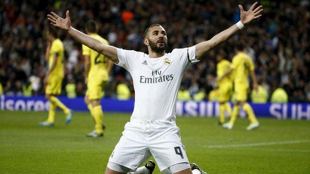 Útočník Realu Madrid Karim Benzema se na snímku raduje z gólu proti Villarrealu. V nominaci na ME není.