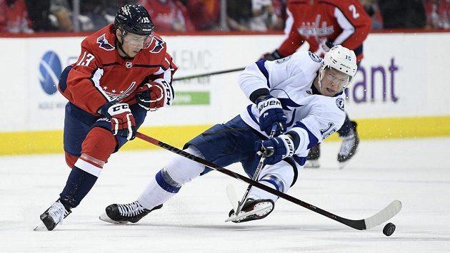 Útočník Washiingtonu Jakub Vrána (vlevo) a Ondřej Palát z Tampy v utkání NHL.
