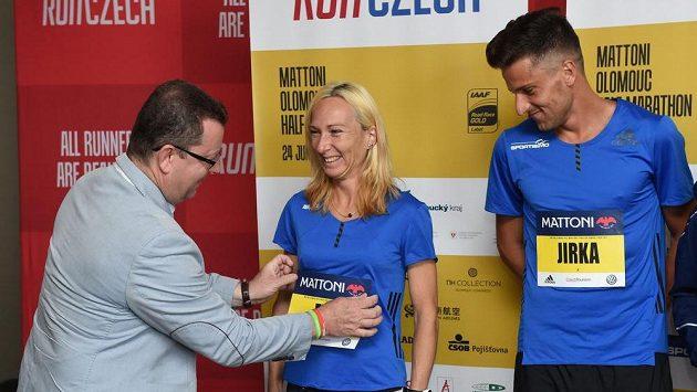 Olomoucký primátor Antonín Staněk a čeští běžci Eva Vrabcová Nývltová a Jiří Homoláč před startem půlmaratónu.