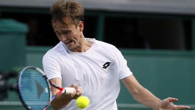 Ruský tenista Daniil Medveděv v druhém kole ve Wimbledonu.