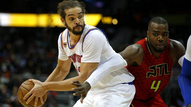 Joakim Noah (vlevo) z New York Knicks a Paul Millsap z Atlanty.