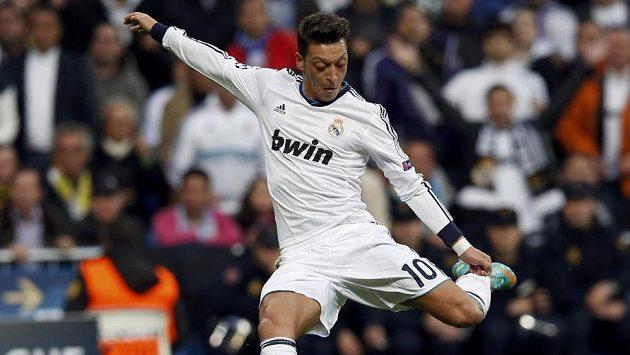 Nápřah Mesuta Özila z Realu Madrid. Od příští sezóny změní královský klub jméno hlavního sponzora.