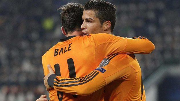 Gareth Bale (vlevo) z Realu slaví svoji trefu spolu s Cristianem Ronaldem.